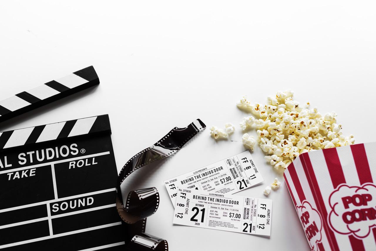 ingressos de cinema e uma pipoca