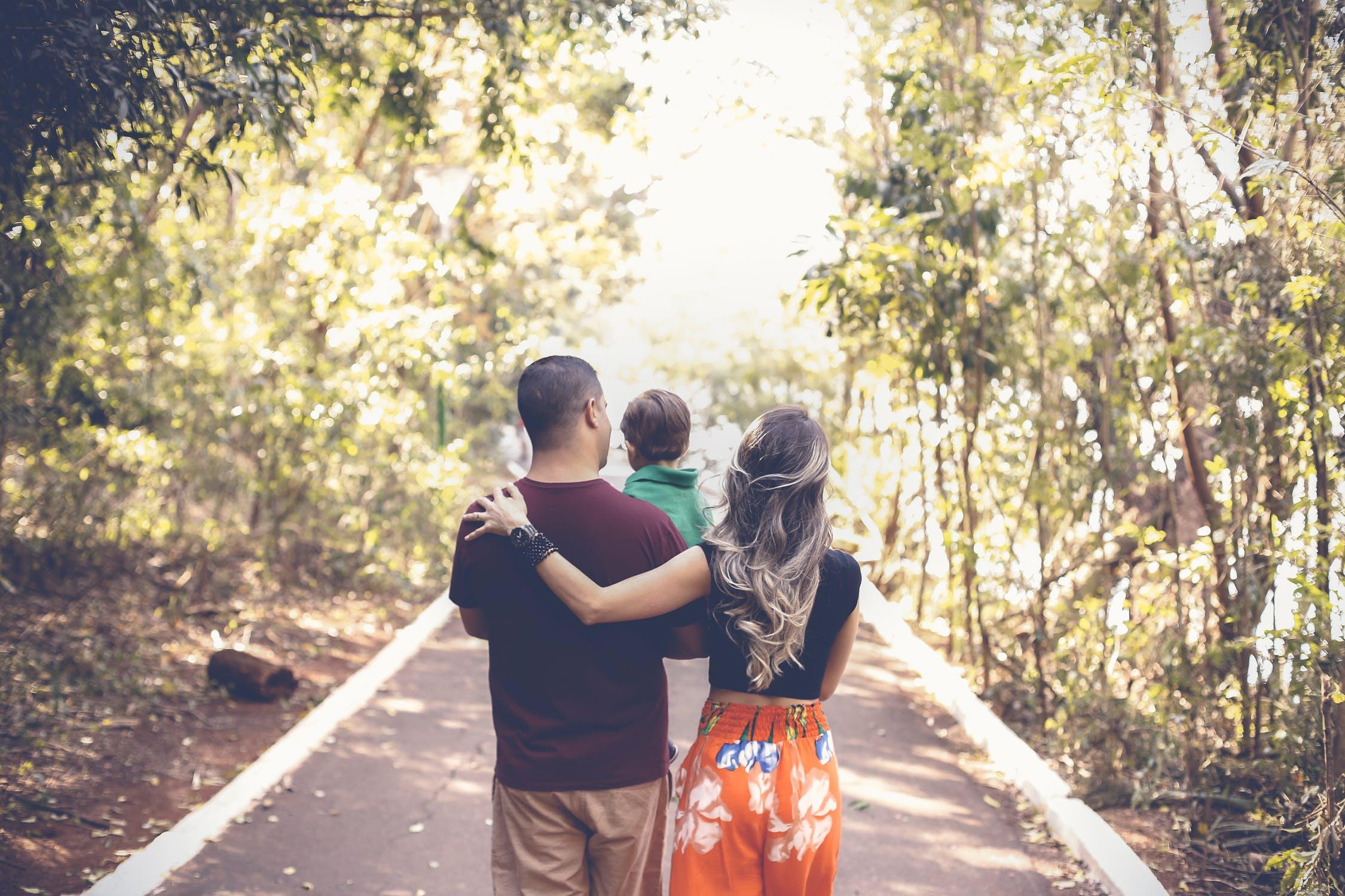 mãe pai e filha em um passeio em família